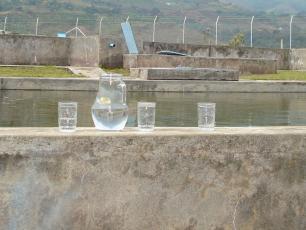 Vaso de agua en planta de tratamiento