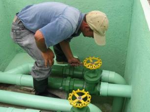 Tecnico manteniendo sistema de agua